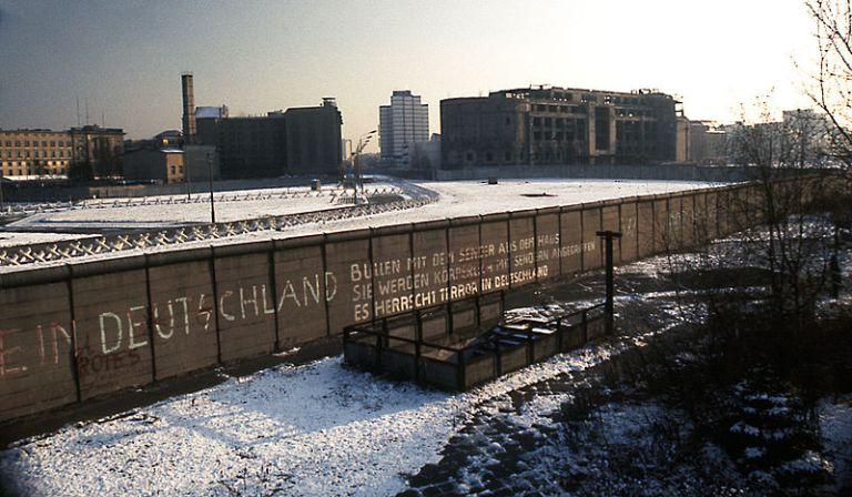 800px-berlin_wall_potsdamer_platz_november_1975_looking_east
